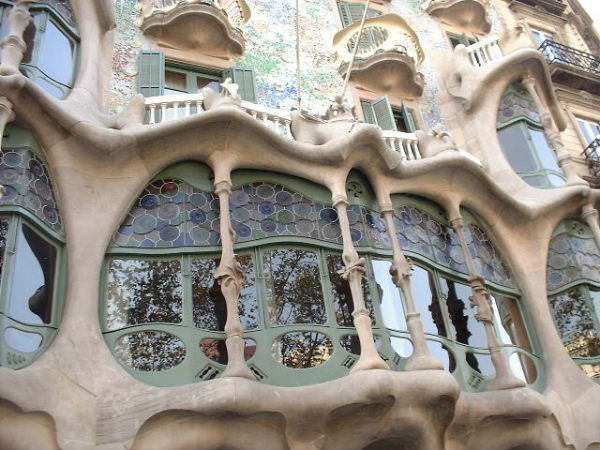 The concrete in front of the windows of the Casa Battlo is supposed to represent bones